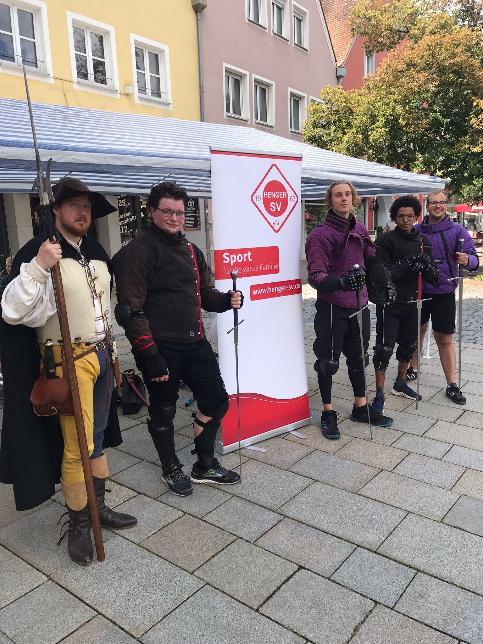 Wir vor dem Neumarkter Rathaus